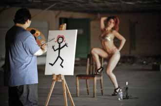A man paints lady's portrait