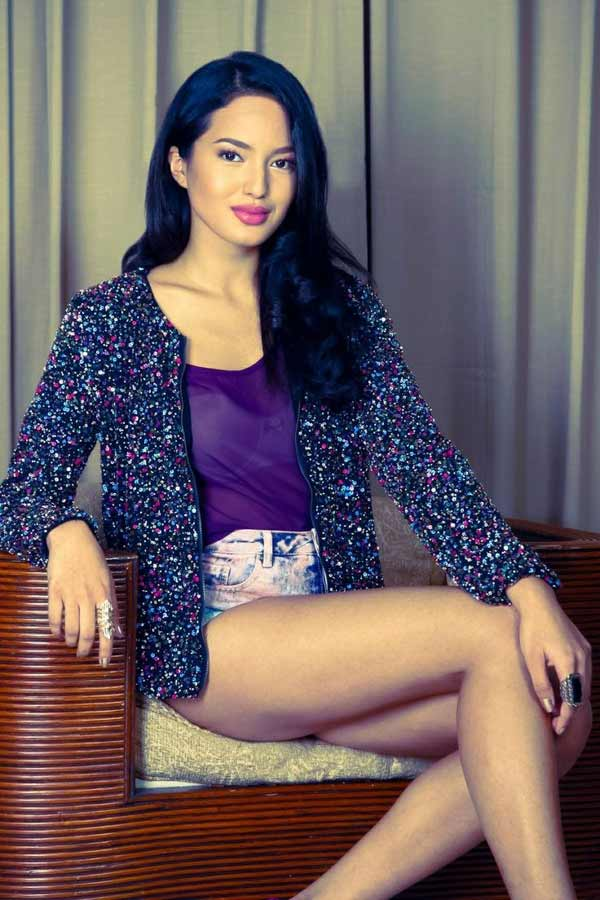 a stylish Filipina woman