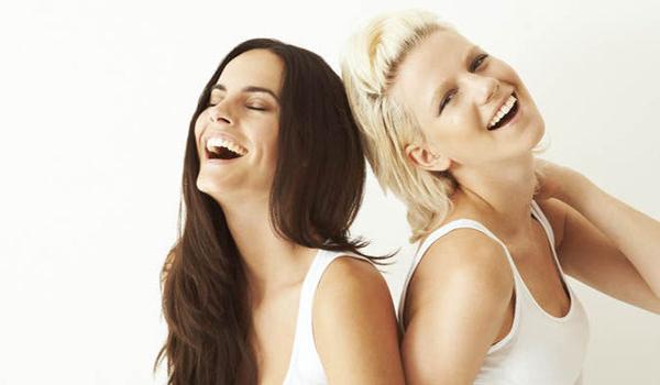 two smiling girls a blonde vs brunette